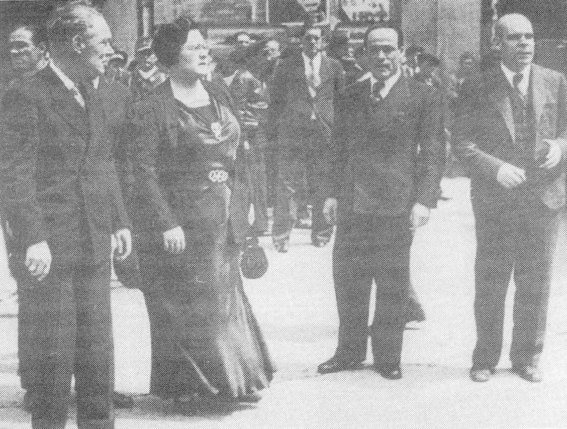 Анархисти във властта: Фредерика Монсени и Гарсия Оливер (двамата в средата) в кабинета на Ларго Кабайеро